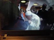 Papież całuje...